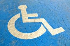 Segno di handicap sulla terra di parcheggio immagini stock