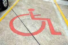 Segno di handicap sulla terra di parcheggio immagine stock libera da diritti