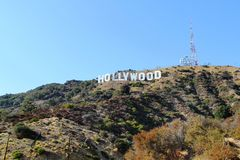 Segno di HOLLYWOOD sul fondo del cielo blu Punto di riferimento di fama mondiale Los Angeles, California 09-11-2012 Fotografia Stock Libera da Diritti