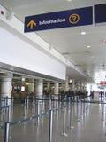 Segno di informazioni al corridoio di partenze dell'aeroporto Immagine Stock
