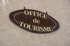 Segno di informazioni dell'ufficio turistico a Moustiers Sainte-Marie Fotografie Stock