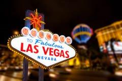 Segno di Las Vegas e fondo della via della striscia Fotografia Stock Libera da Diritti