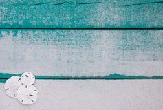 Segno di legno in bianco con il confine dei dollari di sabbia Fotografia Stock