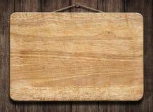 Segno di legno che appende sulla vecchia parete fotografia stock