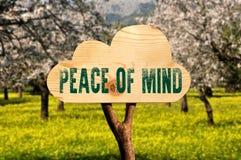 segno di legno che indica pace fotografia stock
