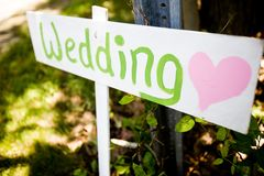 Segno di legno che indica verso una cerimonia di nozze Fotografia Stock Libera da Diritti