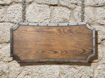 Segno di legno con la struttura del metallo sulla vecchia parete di pietra Immagine Stock