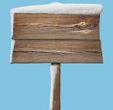 Segno di legno con neve sul blu Fotografie Stock Libere da Diritti