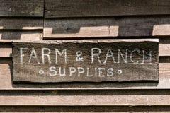 Segno di legno del deposito del ranch & dell'azienda agricola Fotografia Stock Libera da Diritti