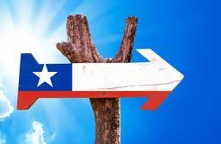 Segno di legno della bandiera del Cile con il fondo del cielo Immagini Stock