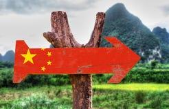 Segno di legno della bandiera della Cina con fondo rurale Fotografie Stock