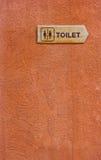 Segno di legno della toilette. Fotografia Stock