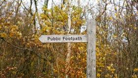 Segno di legno rurale del sentiero per pedoni, Inghilterra, Regno Unito fotografie stock