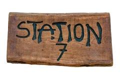 Segno di legno & x22; Stazione 7& x22; Immagini Stock