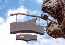 segno di legno sull'albero nel cielo blu e nei precedenti delle nuvole Fotografia Stock