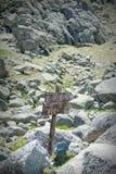 Segno di legno sulla strada della montagna in priorità alta Fotografia Stock Libera da Diritti
