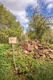 Segno di legno vuoto accanto allo scarico Immagini Stock