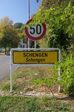 Segno di limite di città di Schengen sul Tri confine lussemburghese immagine stock