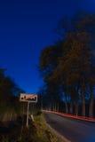 Segno di limiti di città alla notte Fotografia Stock Libera da Diritti