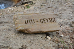 Segno di Litli-Geysir su una roccia Fotografia Stock