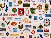 Segno di marca e raccolta famosi di simboli su una parete Fotografie Stock