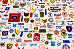 Segno di marca e raccolta famosi di simboli su una parete Fotografie Stock Libere da Diritti