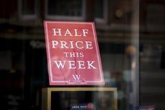 Segno di metà prezzo del negozio di libro di Waterstones immagini stock