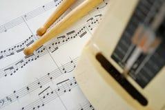 Segno di musica, bastoni del tamburo e metronomo Immagini Stock