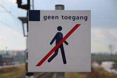Segno di nessun violare per la gente sull'estremità della piattaforma dentro Fotografia Stock