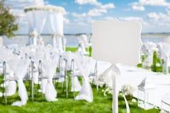 Segno di nozze di celebrazione su un prato inglese verde Evento all'aperto Fotografia Stock Libera da Diritti