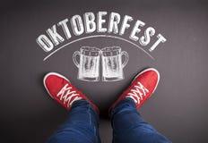 Segno di Oktoberfest con le tazze di birra e le scarpe da tennis rosse Fotografia Stock Libera da Diritti