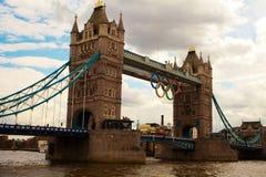 segno di olympics di Londra sul ponte Londra della torre Fotografia Stock Libera da Diritti