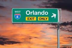 Segno di Orlando Florida Exit Only Freeway con il cielo di alba immagini stock libere da diritti