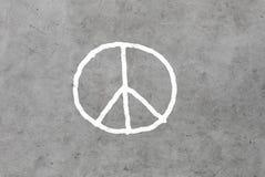 Segno di pace che attinge muro di cemento grigio Immagine Stock