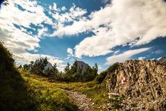 Segno di Paintend per trekking su un percorso delle alpi italiane Immagini Stock Libere da Diritti