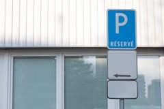 Segno di parcheggio concettuale - riserva - con il bordo supplementare in bianco fotografie stock libere da diritti