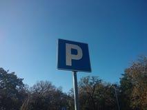 Segno di parcheggio davanti a cielo blu immagine stock libera da diritti