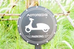 Segno di parcheggio della bicicletta con gli ambiti di provenienza dell'erba verde Fotografie Stock Libere da Diritti