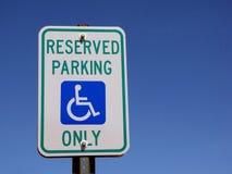 Segno di parcheggio di handicap Fotografie Stock Libere da Diritti