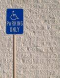 Segno di parcheggio di handicap con Backgrou strutturato bianco fotografia stock libera da diritti