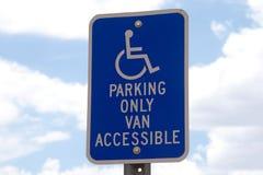 Segno di parcheggio di handicap con il fondo del cielo fotografie stock libere da diritti