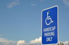 Segno di parcheggio di handicap soltanto fotografia stock