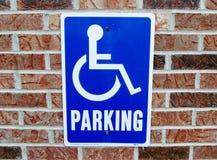 Segno di parcheggio di handicap sul muro di mattoni fotografie stock libere da diritti