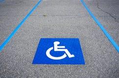 Segno di parcheggio disattivato simbolo handicappato Immagini Stock Libere da Diritti