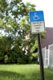 Segno di parcheggio handicappato - arrugginito e curvato Fotografia Stock Libera da Diritti