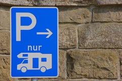 Segno di parcheggio per i motorhomes Fotografie Stock Libere da Diritti