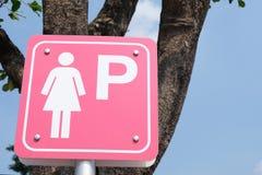Segno di parcheggio di signora sul fondo del cielo blu immagini stock libere da diritti