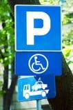 Segno di parcheggio, soltanto per il disabile Immagini Stock Libere da Diritti