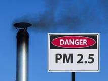 Segno di pm 2 5 ed il camino della casa con fumo nel cielo fotografia stock libera da diritti