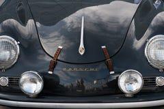 Segno di Porsche sul retro cappuccio dell'automobile Fotografie Stock